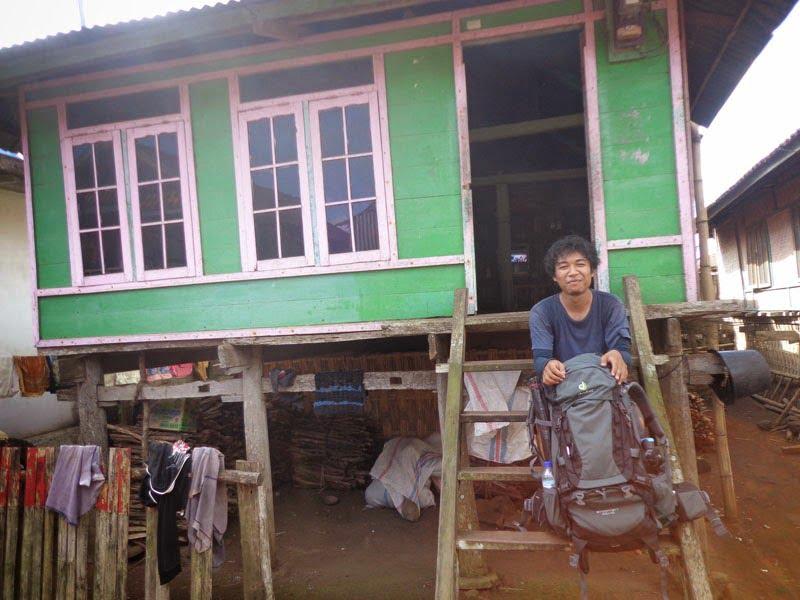 Berpose di salah satu rumah di Desa Mantar