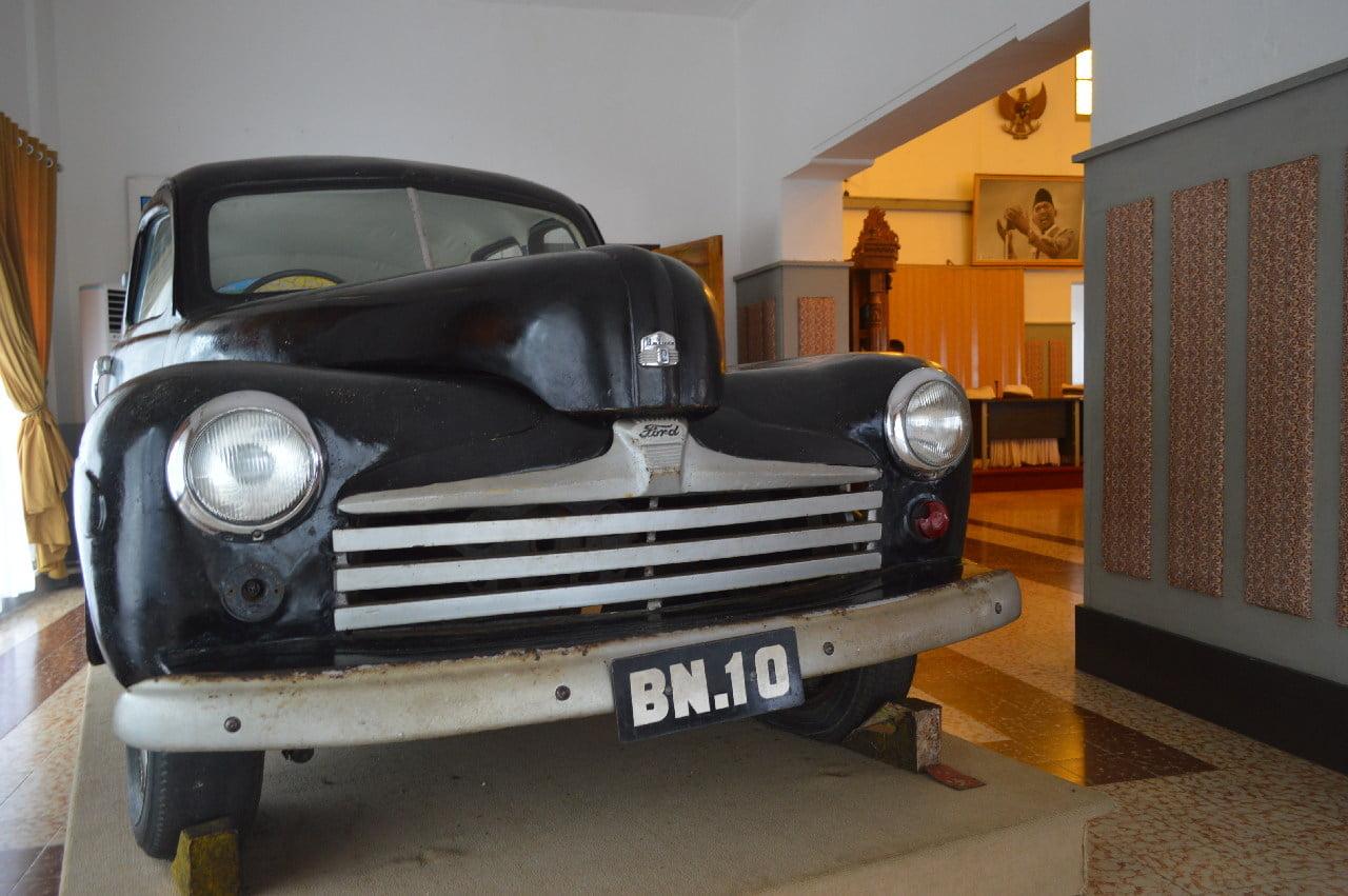 Tempat Tahanan Politik dengan Mobil Ford BN 10