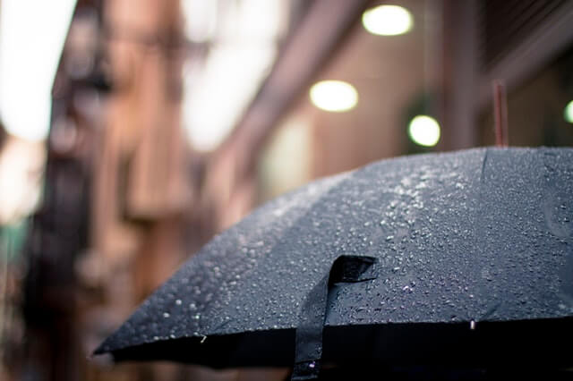 Jurus Jitu biar Bawaan Tetap Kering pas Traveling Musim Hujan
