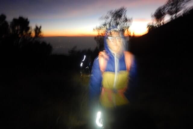naik gunung siang atau malam
