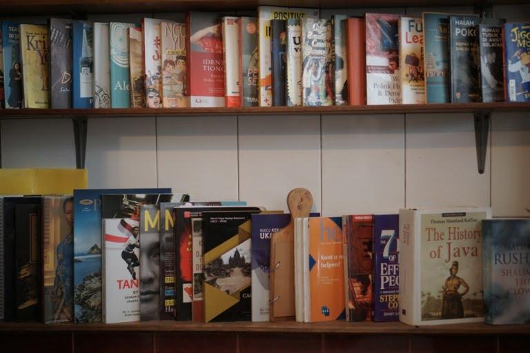 5 Buku Perjalanan yang Seru Dibaca waktu di Rumah Aja