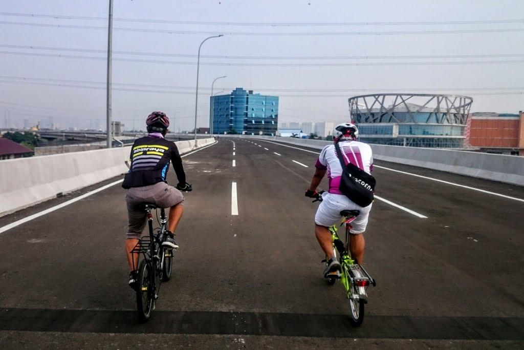 slow travel naik sepeda