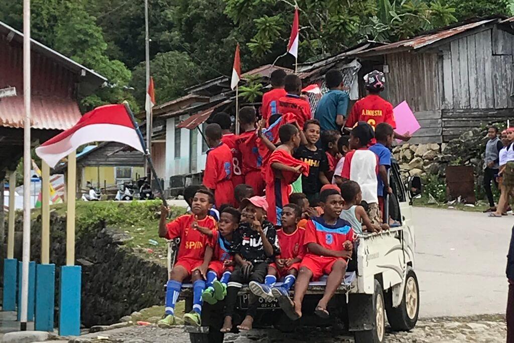 Arak-arakan Tim Kampung Sisir/Mei Basri/ waktu di timur