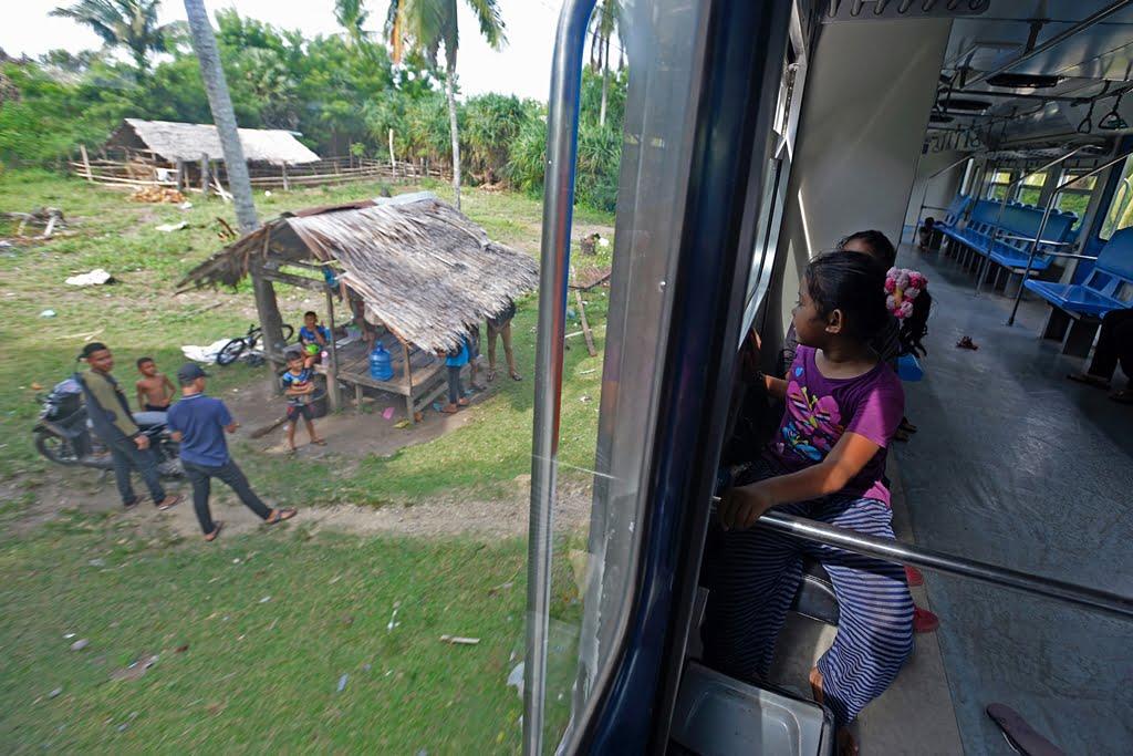 slow travel naik kereta api