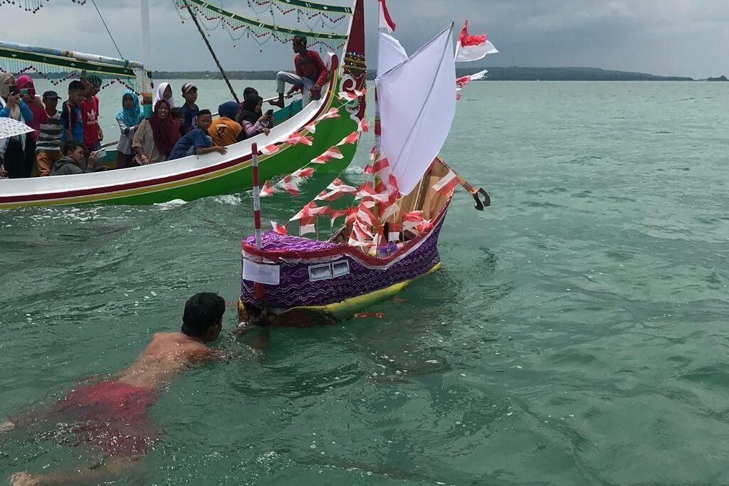 Menilik Kembali Hubungan Manusia dan Samudra lewat Tradisi Petik Laut di Sumenep