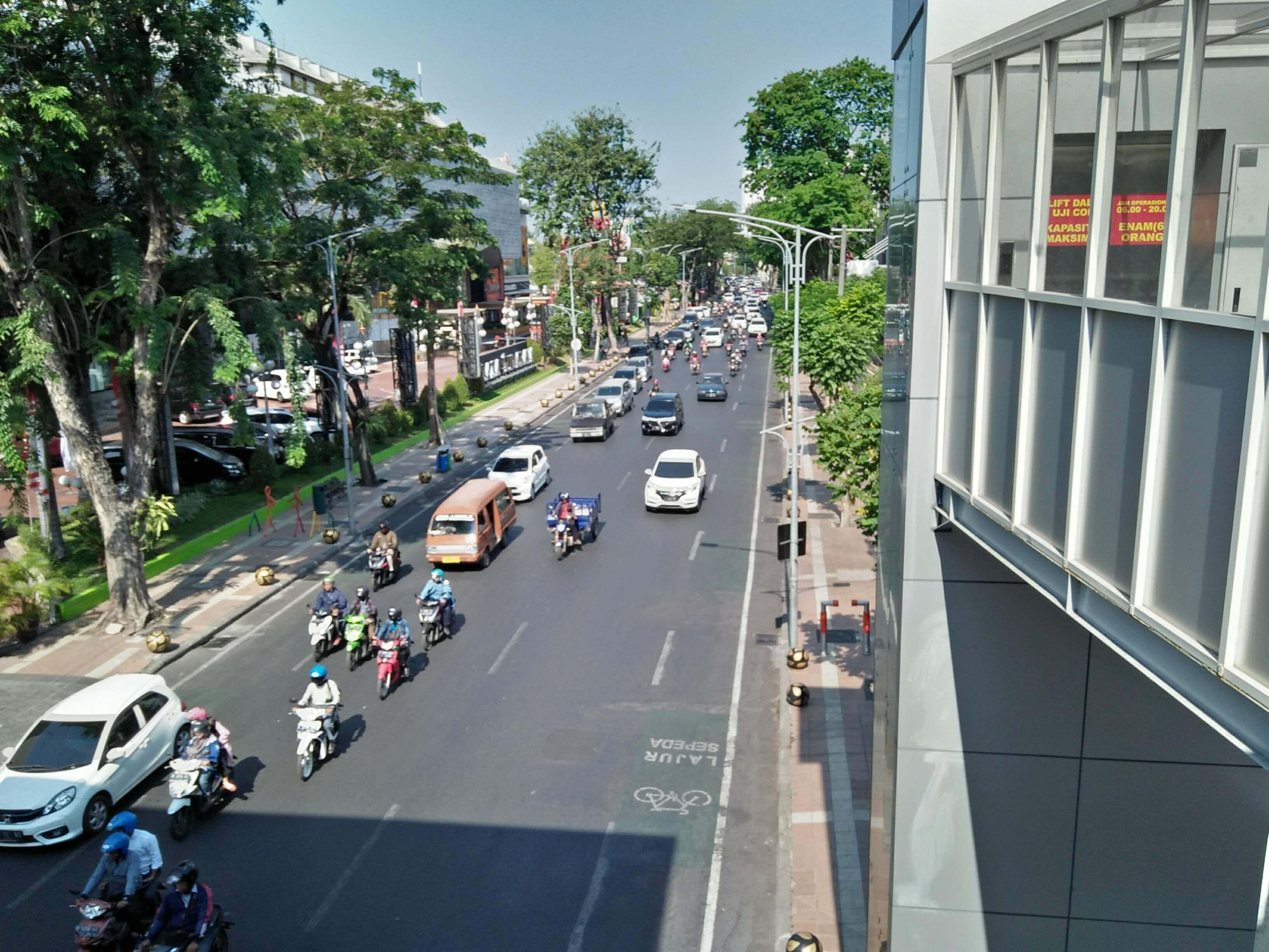 Menelusuri Jalanan Kota Pahlawan bersama Keluarga Makmun