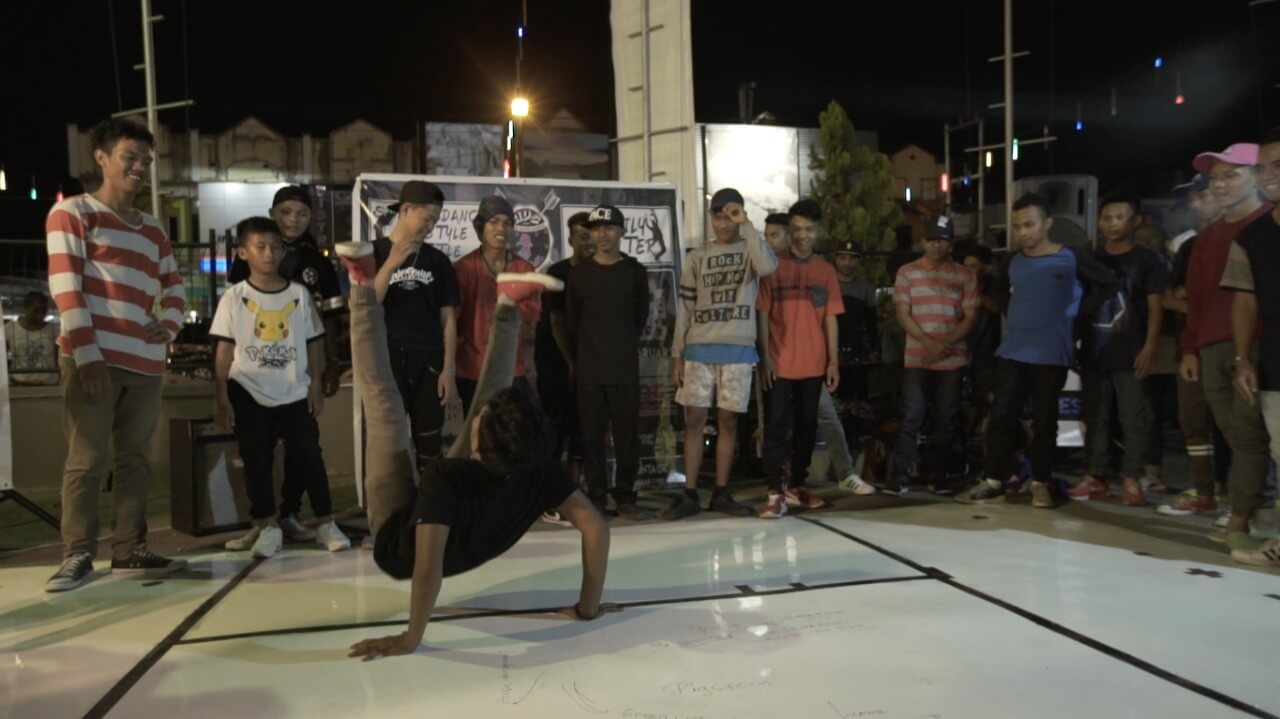Dansa-dansi di Parkiran Mal Abepura