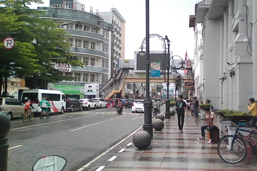 Berjalan Menembus Hujan di Jalan Asia Afrika Bandung