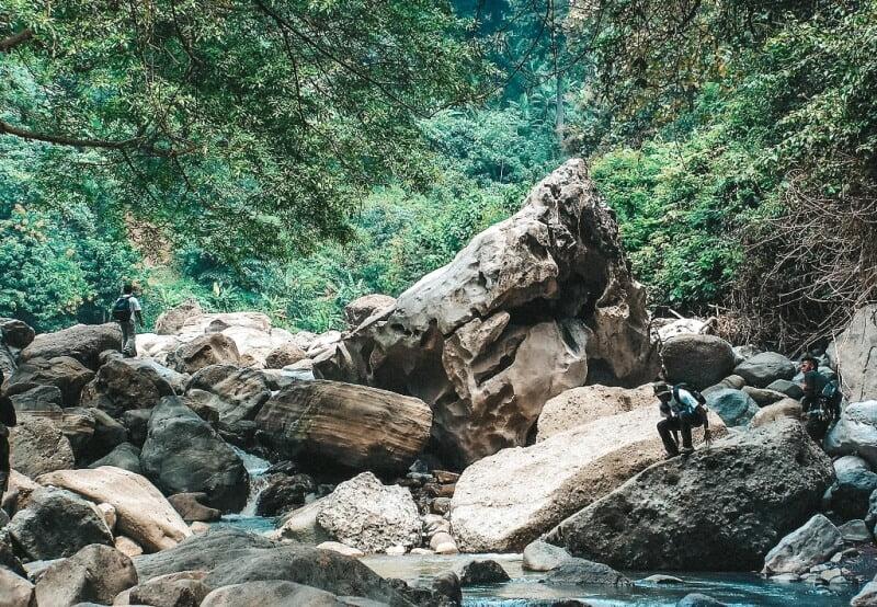 Batu-batu besar di aliran Sungai Citarum lama
