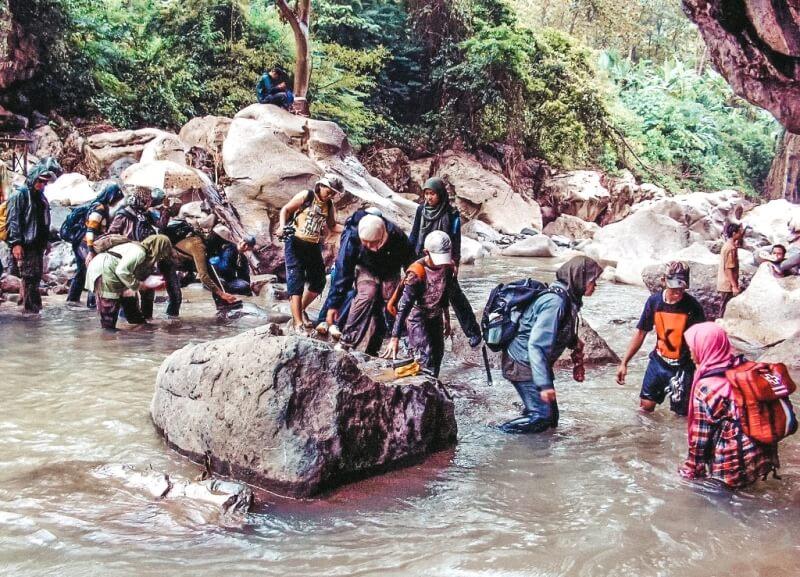 Sekelompok pecinta alam menyusuri Sungai Citarum lama