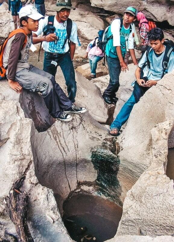 Gua Sanghyang Poek yang mengarah ke Sungai Citarum