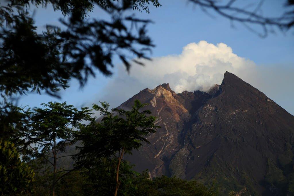 10 Gunung 'Sumber Cerita Mistis' di Indonesia, Berani Mendaki?