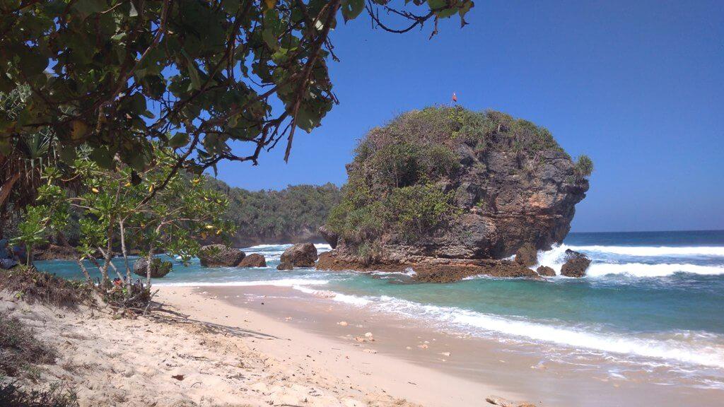 Menengok Gugusan Karang di Pantai Watu Leter