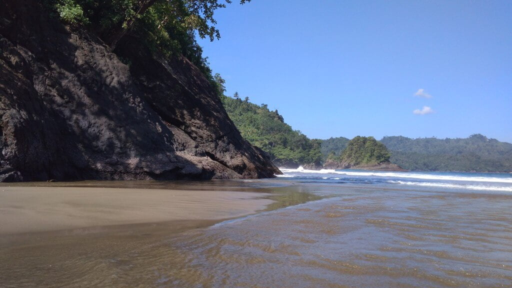 Memacu Adrenalin ke Pantai Banyu Anjlok