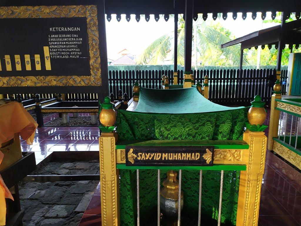 Makam Sayyid Muhammad yang berkain hijau