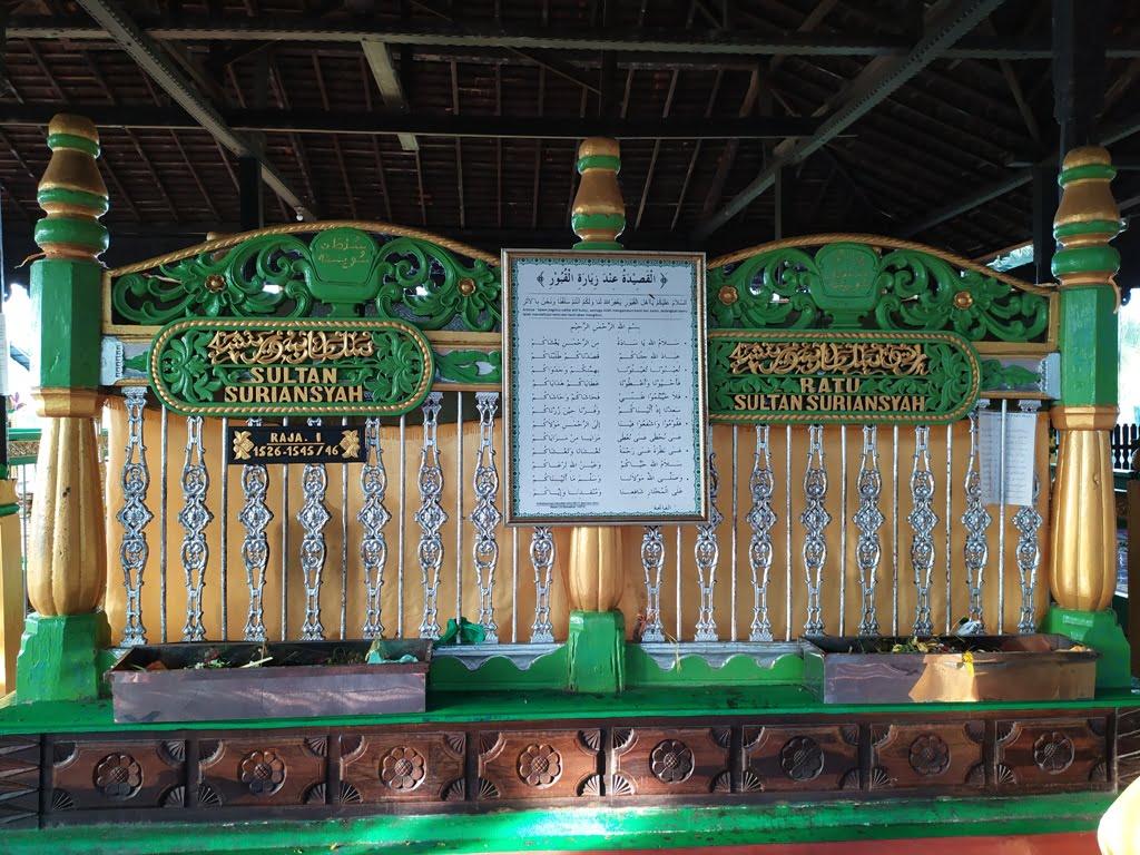 Makam Sultan Suriansyah dengan kain kuning