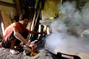 Membuat Gula Aren Secara Tradisional di Desa Wisata Lerep