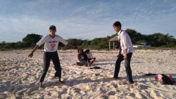 Bermain Galasin dan Melihat Aktivitas Penduduk di Pantai Oesina