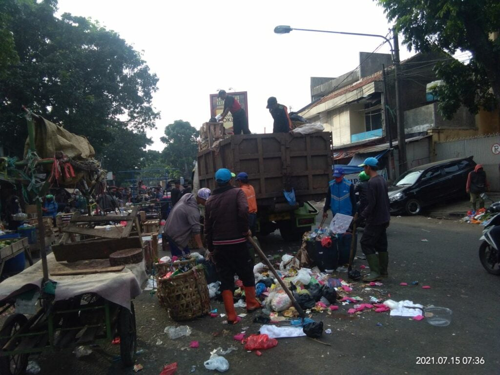 Para petugas pengangkut sampah bekerja mengangkut sampah