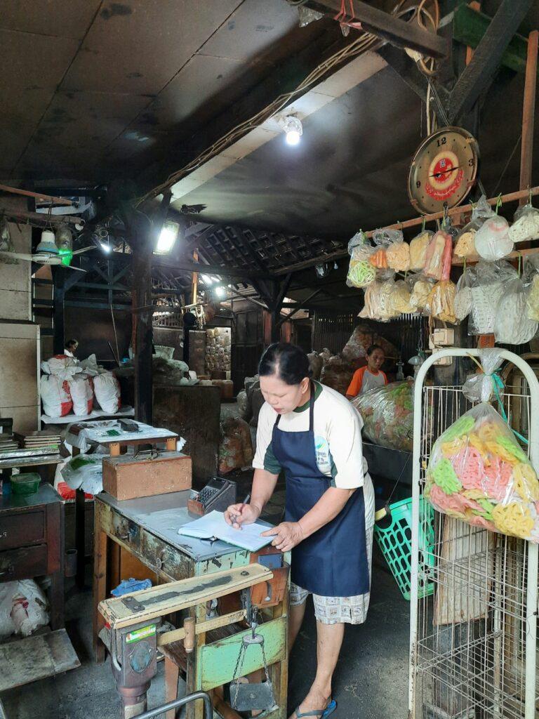 Petugas yang siap melayani pembeli - Annisa S