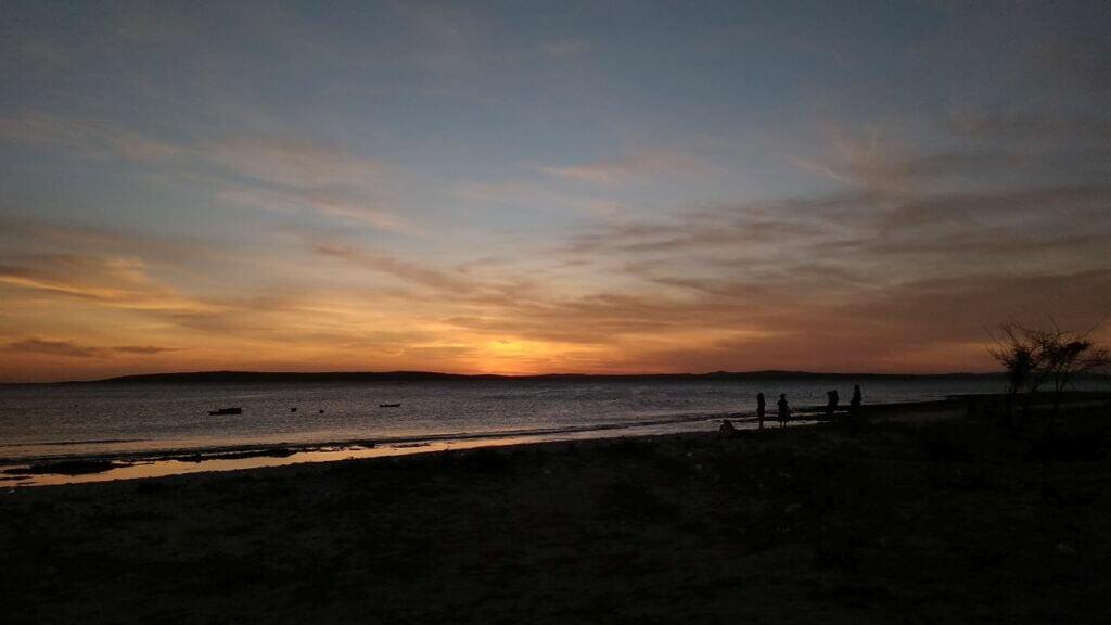 Senja di Pantai Oesina