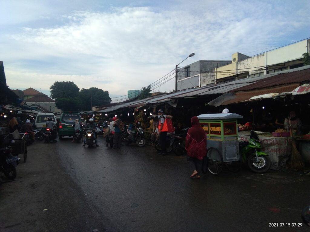 Suasana sebuah pasar saat pagi mulai beranjak