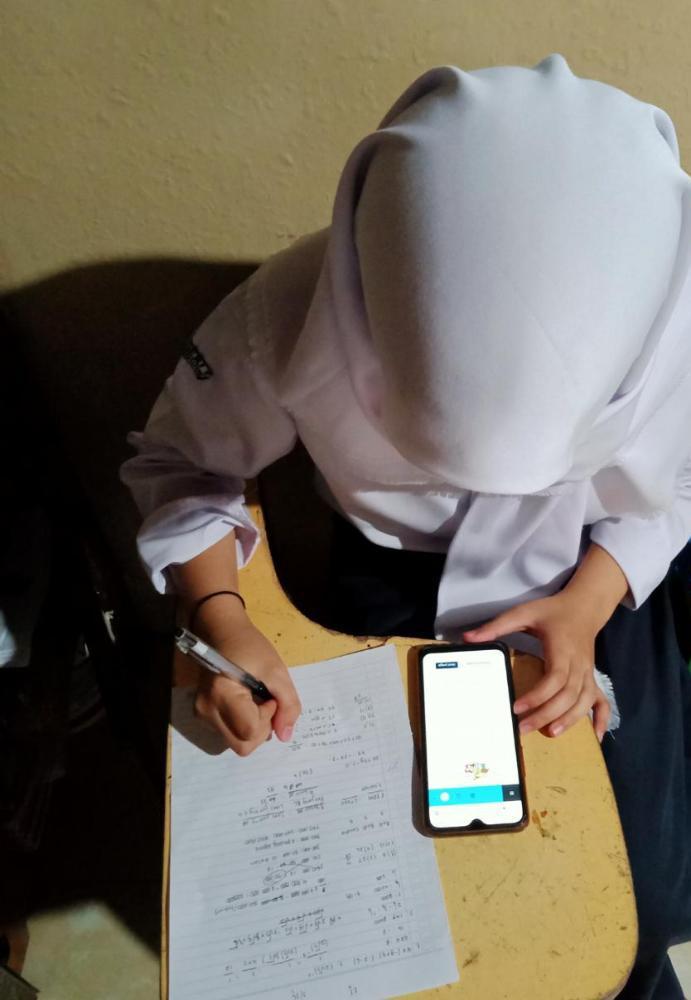 anak SD belajar dengan menggunakan gadgetnya 2