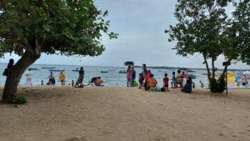 Menghabiskan Waktu Petang di Pantai Mertasari