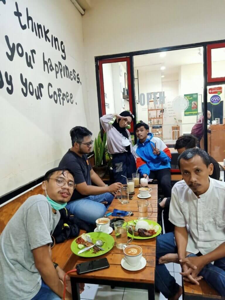 Berkumpul di Kafe di kawasan Antapani, Kota Bandung