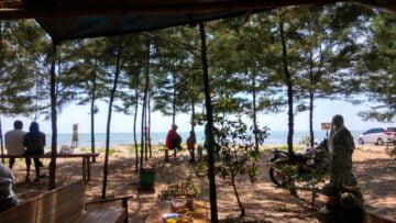 Sore-Sore di Pantai Karang Jahe