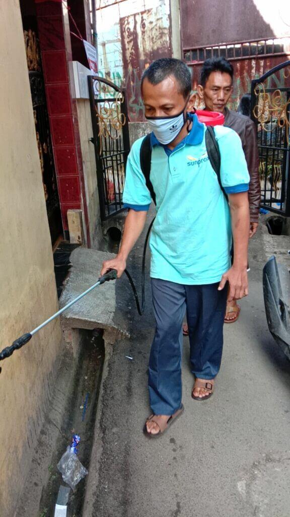 Penyemprotan Disinfektan ke rumah warga agar aman dari virus corona